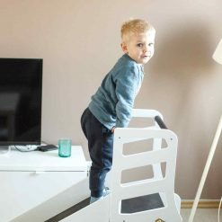 enfant sur une tour Montessori toboggan